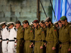 Будущие офицеры разных родов войск на церемонии.
